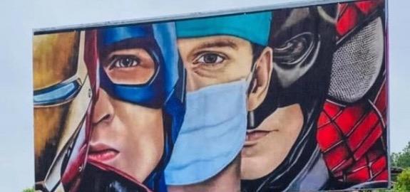 L'infermiere spunta tra i supereroi: il manifesto negli spazi pubblicitari vuoti della Brianza e di Bergamo