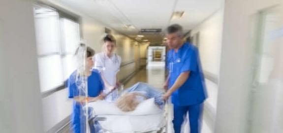 Fuga degli infermieri dalla professione: sottopagati, precari. Turni massacranti per chi resta