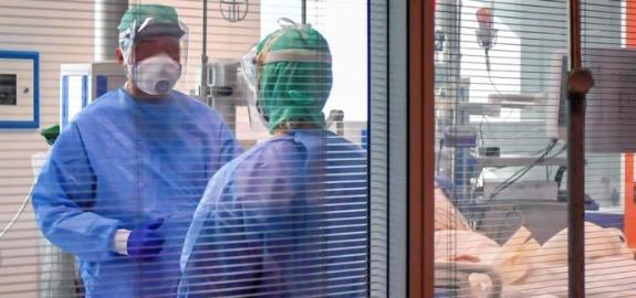 """Coronavirus, gli infermieri: """"I contagi sono in aumento tra gli operatori sanitari, tra i primi a vaccinarsi. Chiarire i tempi della terza dose"""""""