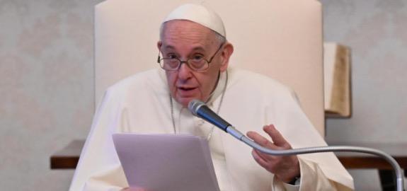 Papa Francesco: «Un infermiere mi ha salvato la vita, è la seconda volta che accade»